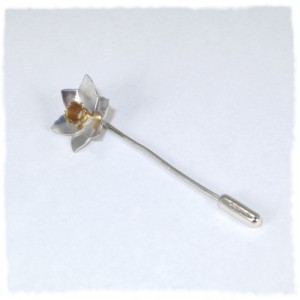 Silver daffodil pin with gold plated trumpet